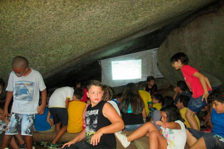 Cinema dentro da caverna no acampamento Timbalaia, em Mairiporã