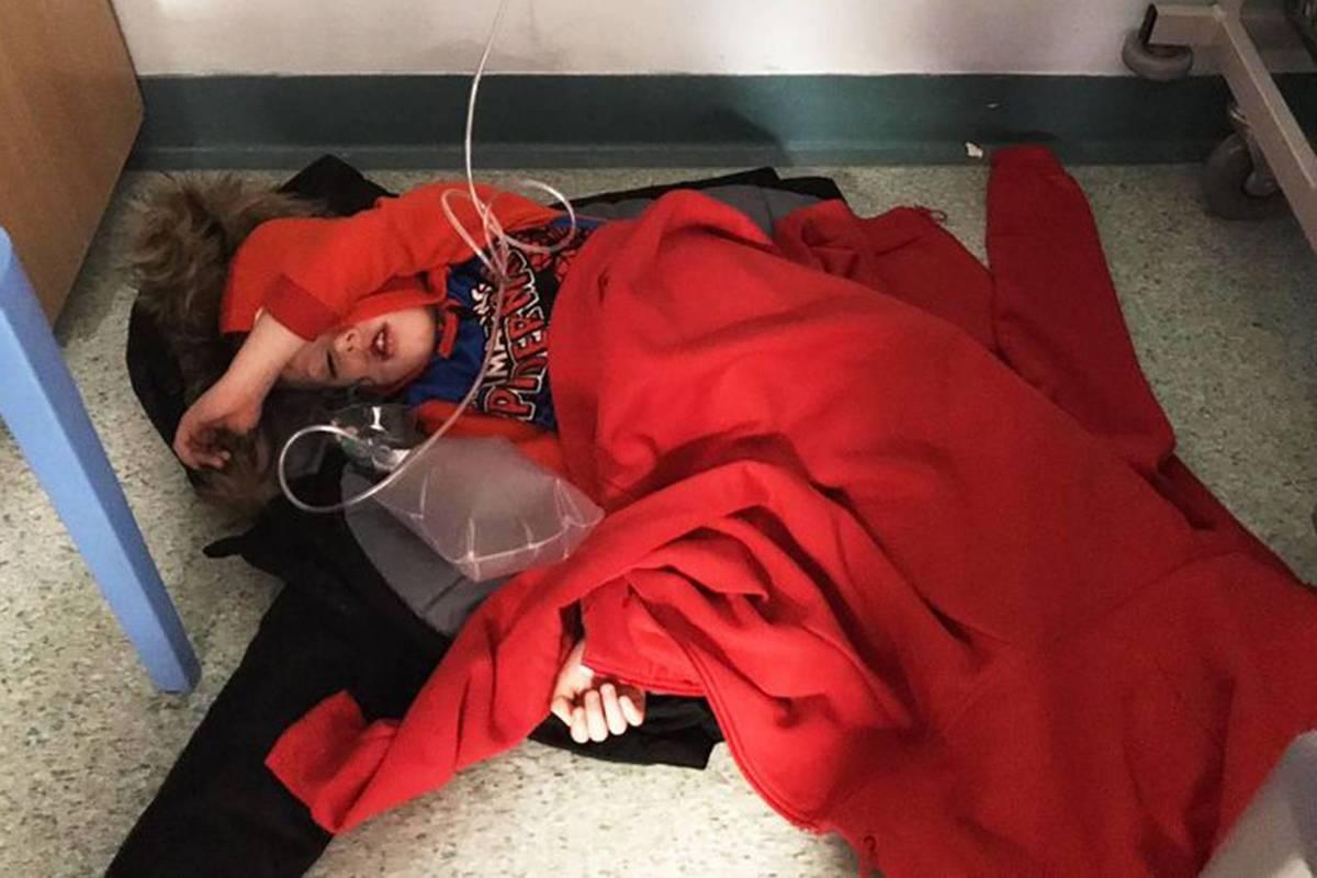 Vídeo de Boris Johnson se recusando a ver foto de menino em chão de hospital viraliza
