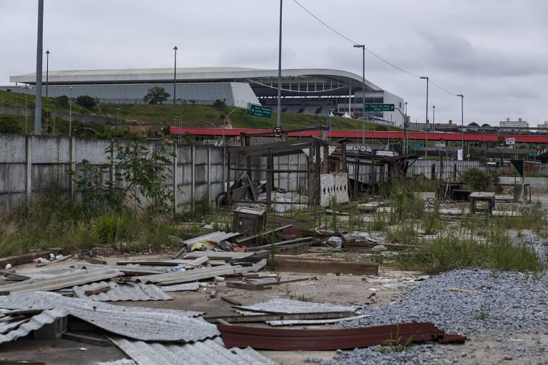 Obra de terminal de ônibus está abandonada em Itaquera