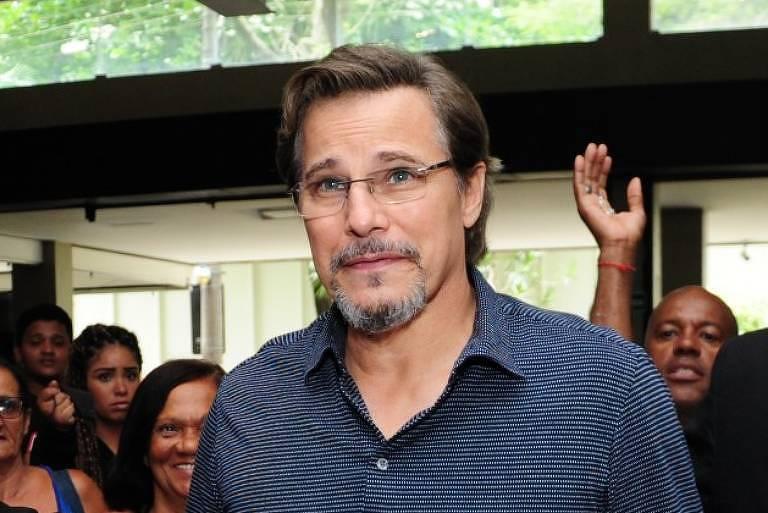 Edson Celulari chega ao velório do diretor e ator Jorge Fernando