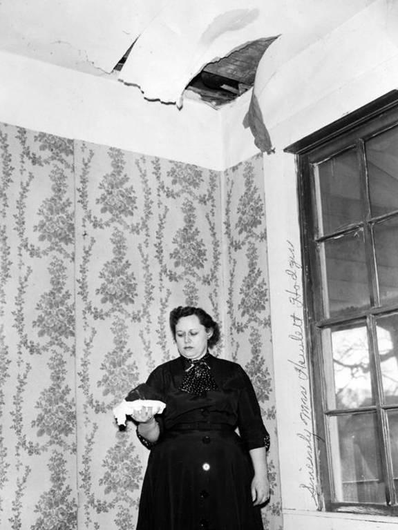 Ann Hodges segurando o meteorito que atravessou o teto de sua casa e a atingiu em seguida