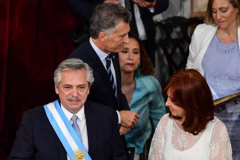 Alberto Fernandez com a faixa presidencial ao lado de Cristina Kirchner durante a posse