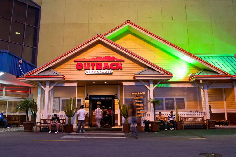 Fachada de restaurante Outback no Shopping Center Norte em São Paulo; movimento aumentou nos restaurantes brasileiros