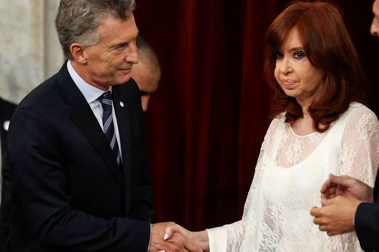 O ex-presidente Mauricio Marcri cumprimenta a nova vice, Cristina Kirchner, após a posse