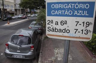 RUA TEM METADE DA EXTENSÃO RESERVADA PARA ZONA AZUL