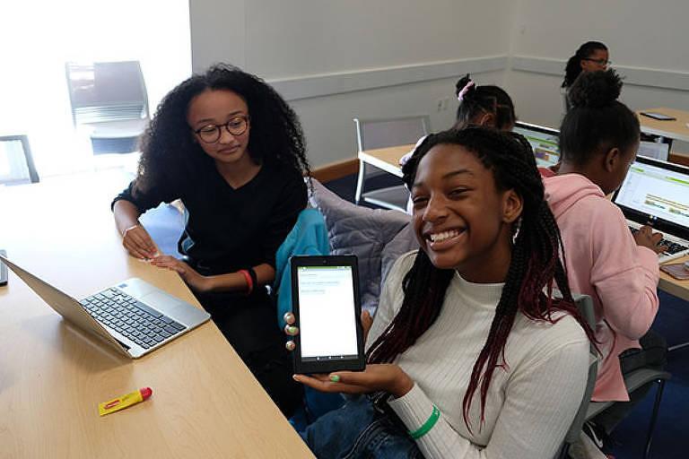 Alunos do MIT vêm ao Brasil para ensinar jovens de periferia a construir apps por meio do MIT App Inventor