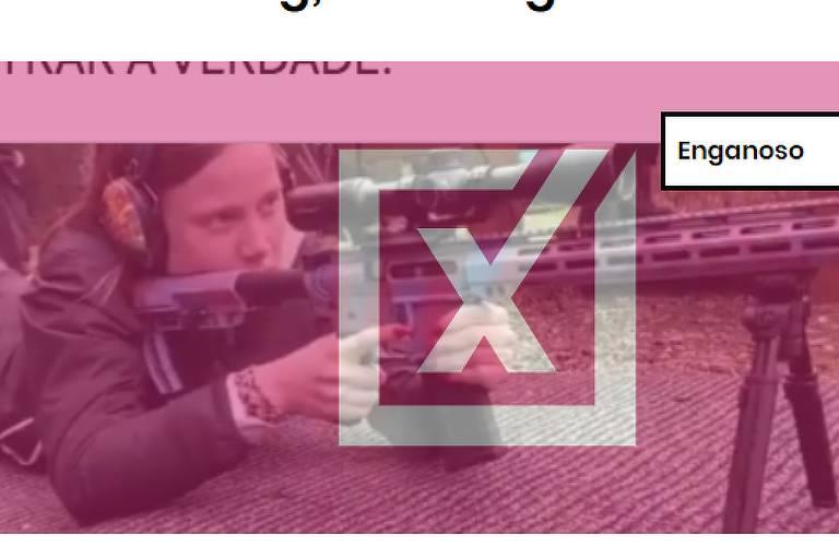 Imagem mostra mulher loira atirando com fuzil para tiro esportivo.