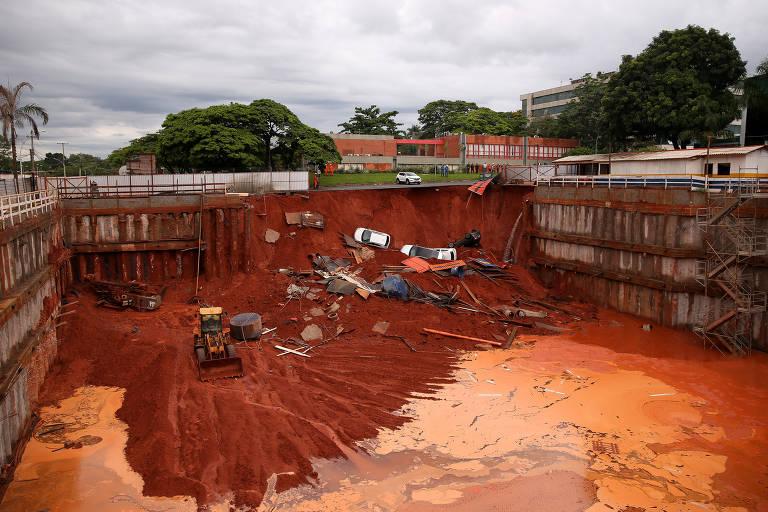 Carros caem em cratera aberta em obra na Asa sul, em Brasília. Parte do asfalto próximo à obra cedeu e um pedaço do estacionamento vizinho ao buraco da fundação caiu. Não há relatos de vítimas ou desaparecidos