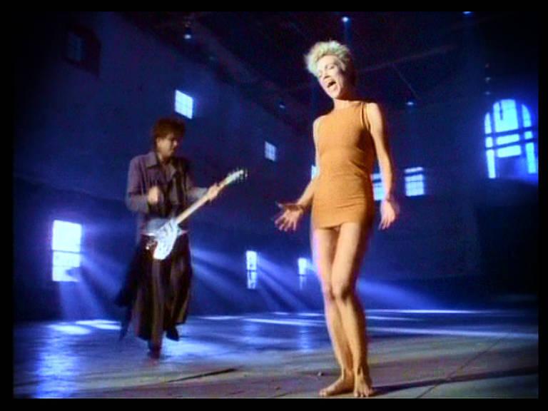 Pés descalços de Marie Fredriksson no clipe de 'It Must Have Been Love'