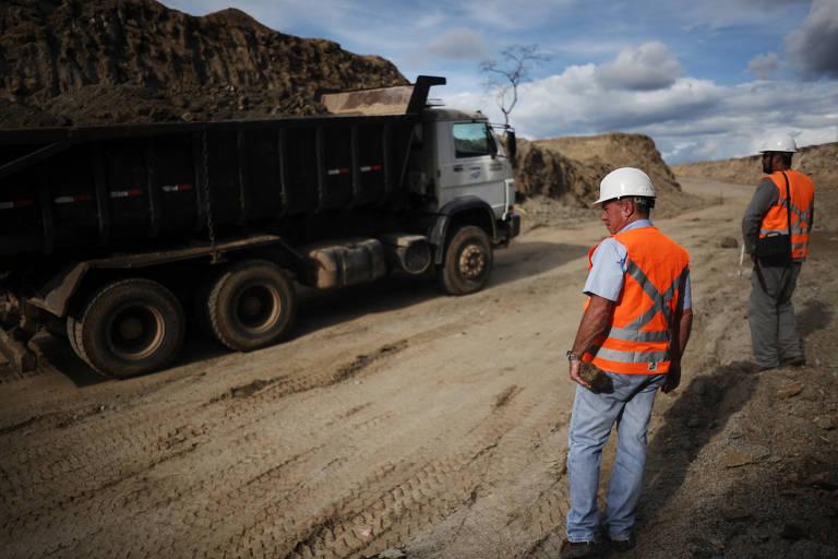 Homens trabalham em área de mineração