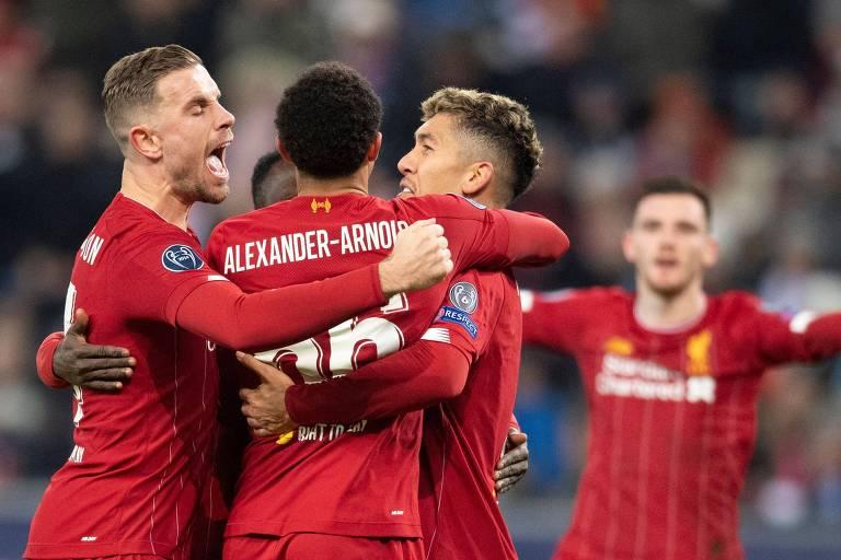Jogadores do Liverpool comemoram gol sobre o RB Salzburg, que valeu a classificação às oitavas de final da Liga dos Campeões