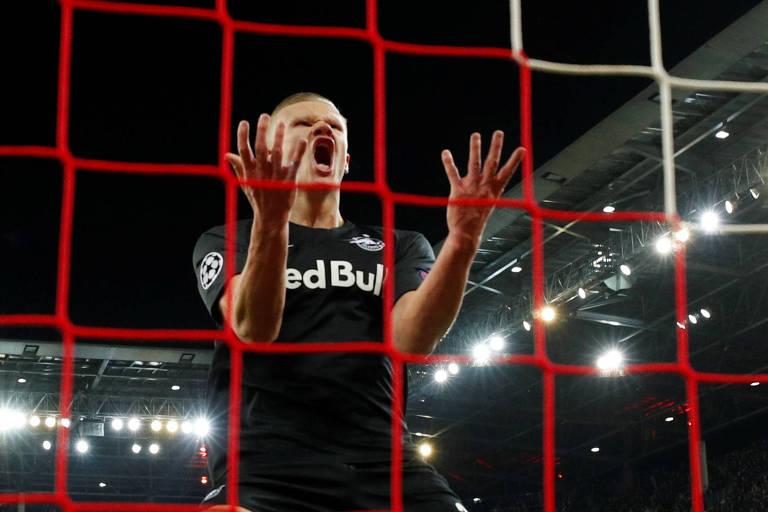 Haaland em jogo do Red Bull Salzburg contra o Liverpool, pela Champions League