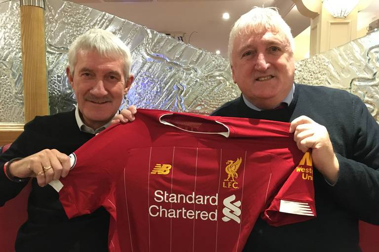 Terry McDermott (à esquerda) e David Johnson, que disputaram o Mundial de 1981, com camisa recente do Liverpool