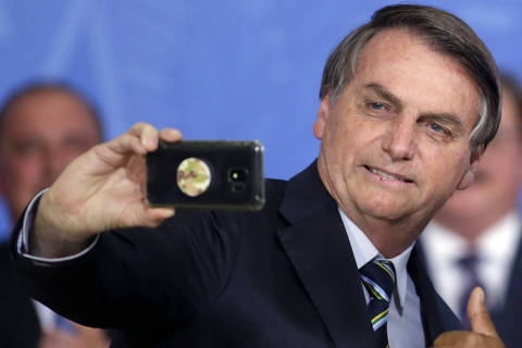 Bolsonaro sanciona MP que autoriza saque de até R$ 998 para contas do FGTS