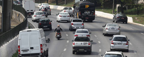 SAO PAULO, SP, 19/11/2019, BRASIL - CAI NUMERO DE ACIDENTE DE MOTO NA PINHEIROS - 13:10:54 - Prefeitura diz que caiu em 86 por cento o indice de acidente de moto na via expressa da Marginal Pinheiros. Moto trafega na via expressa da marginal. Rivaldo Gomes/Folhapress, NAS RUAS