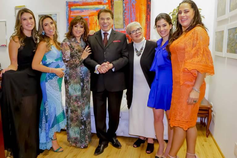 Silvio Santos e família, da esquerda para direita: Rebeca, Patrícia, Íris Abravanel, Silvio Santos, pessoa não identificada, Renata e Silvia