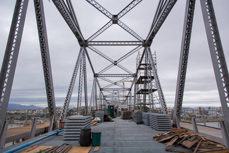 Ferragens da ponte pênsil com placas