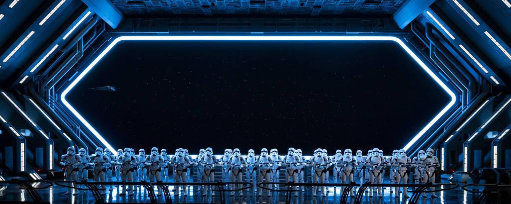Batalhão de 50 troopers, soldados da saga Star Wars, dentro do simulador Rise of The Resistence, na Disney de Orlando