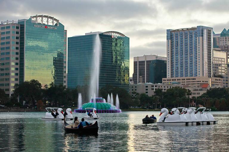 O lago Eola, que fica no centro de Orlando, na Flórida