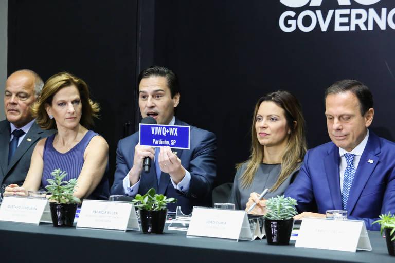 Gustavo Junqueira, secretário da Agricultura e Abastecimento, segura placa com Plus Code; evento reuniu governo e executivos do Google