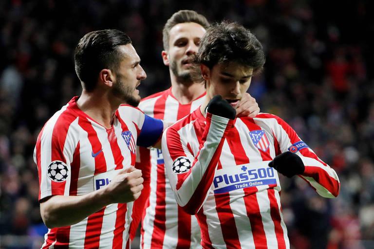 Jogadores do Atlético de Madrid comemoram o gol do português João Félix (à esq.) contra o Lokomotiv