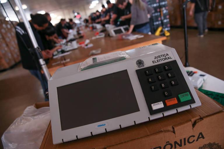 Funcionários do TRE-DF lacram as urnas eletrônicas usadas no exterior durante a eleição de 2018