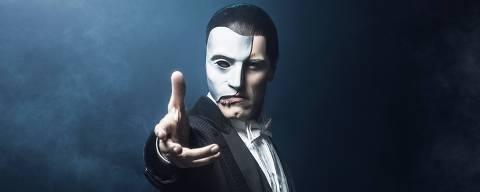 O ator Thiago Arancam apresenta a peça Fantasma da Ópera na Casa das Rosas