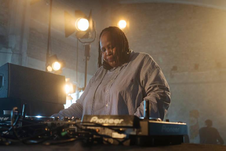 A DJ sul-africana Lakuti participa da festa no Red Bull Station