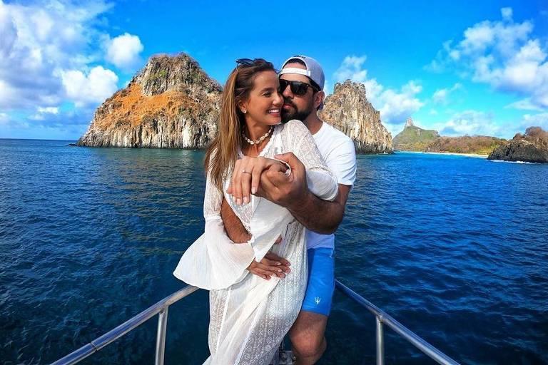 Cantor Sorocaba e a noiva Biah Rodrigues mostram anel de noivado