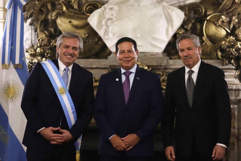Alberto Fernández, o vice-presidente brasileiro, Hamilton Mourão (centro), e o ministro de Relações Exteriores da Argentina, Felipe Sola, após cerimônia de posse na Casa Rosada