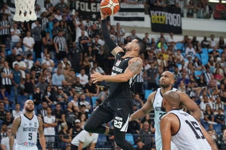 Pecos, jogador de basquete do Corinthians