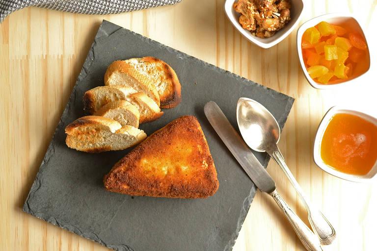 Brie empanado em que o queijo derretido escorre da casquinha crocante ao ser cortado