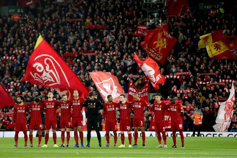 Torcida do Liverpool antes da partida contra o Manchester City, atual campeão inglês, pela Premier League