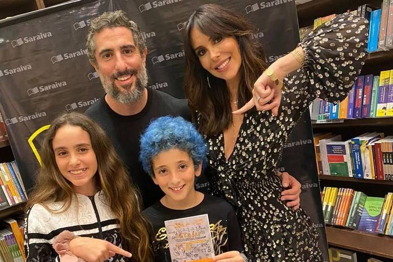 Marcos Mion, a esposa e seus filhos no lançamento de livro