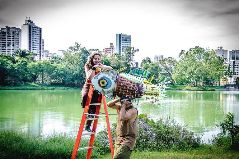 """Cena do espetáculo infantil """"Água Doce"""", encenado em parques da cidade"""