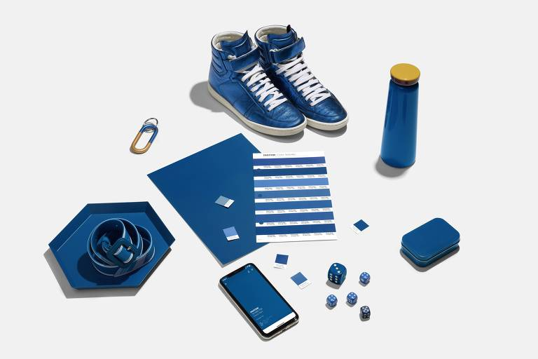 Azul clássico, tom eleito para 2020 na amostra da Pantone e em itens do cotidiano