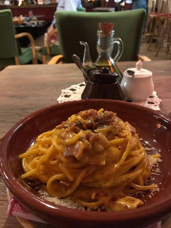 Espaguete à carbonara servida na Osteria Nonna Rosa, nova casa de Rodolfo de Santis