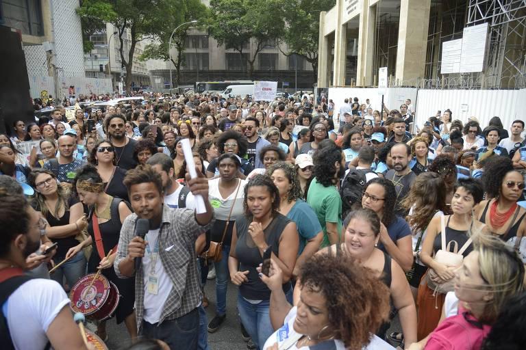 Profissionais da saúde do município do Rio protestam em frente à Justiça do Trabalho, no centro da capital