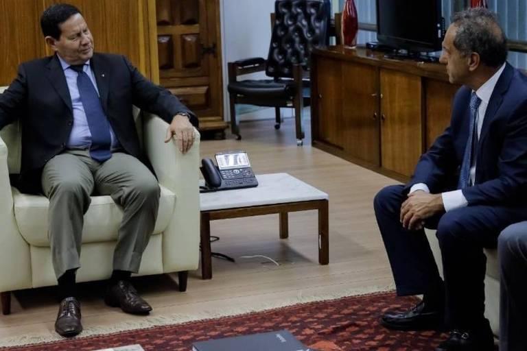 O vice-presidente do Brasil, Hamilton Mourão, encontra-se com o futuro embaixador argentino no país, Daniel Scioli, em Brasília