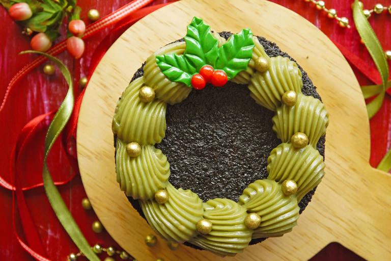 Sugestão do Da Feira ao Baile para o Natal, a guirlanda de cacau com pistache (R$ 65) é feita com camadas intercaladas de brownie de cacau com pistache recheadas com brigadeiro de pistache e decorada com confeitos de chocolate e açúcar