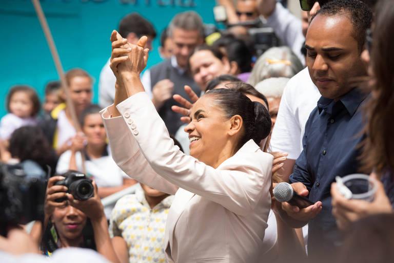 Marina Silva faz campanha à Presidência em 2014; ao lado dela, de azul, o líder comunitário Gilson Rodrigues