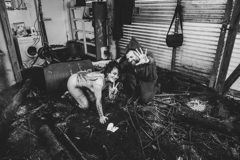 Sandro Giordano e a modelo da capa, a atriz italiana Clio Evans, nos bastidores da produção da foto