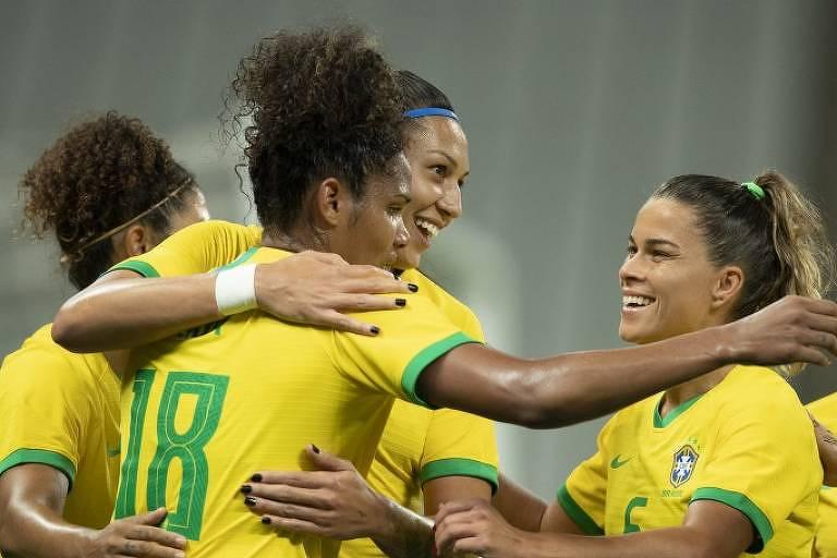 Jogadoras da seleção brasileira comemoram gol na vitória por 6 a 0 sobre o México, na Arena Corinthians
