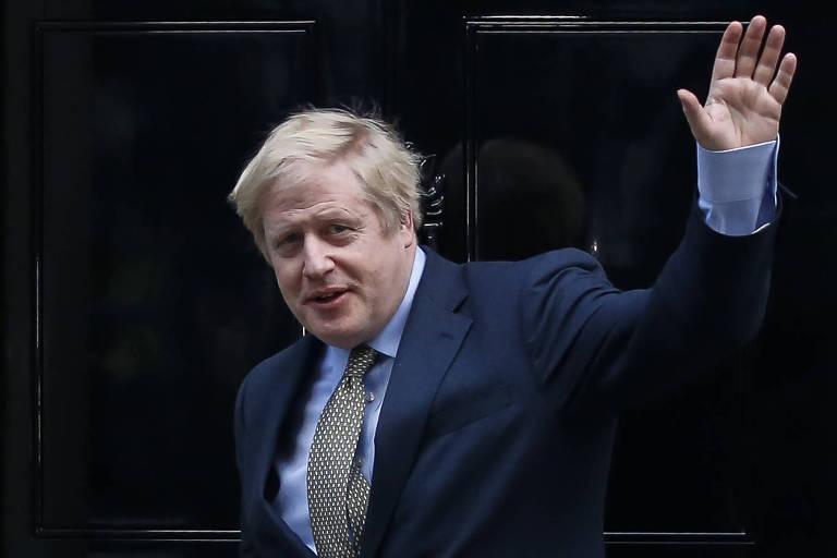 O primeiro-ministro Boris Johnson em frente ao número 10 de Downing Street após se encontrar com a rainha Elizabeth 2ª, em Londres