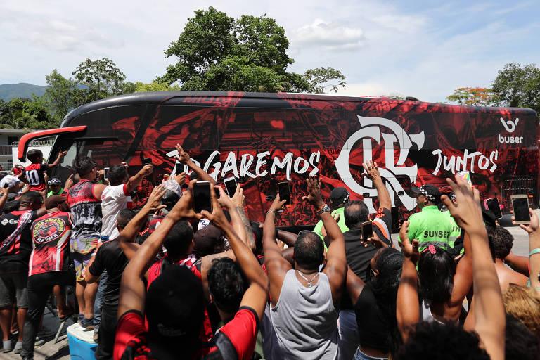 Ônibus do Flamengo é cercado por torcedores no caminho para o aeroporto no Rio