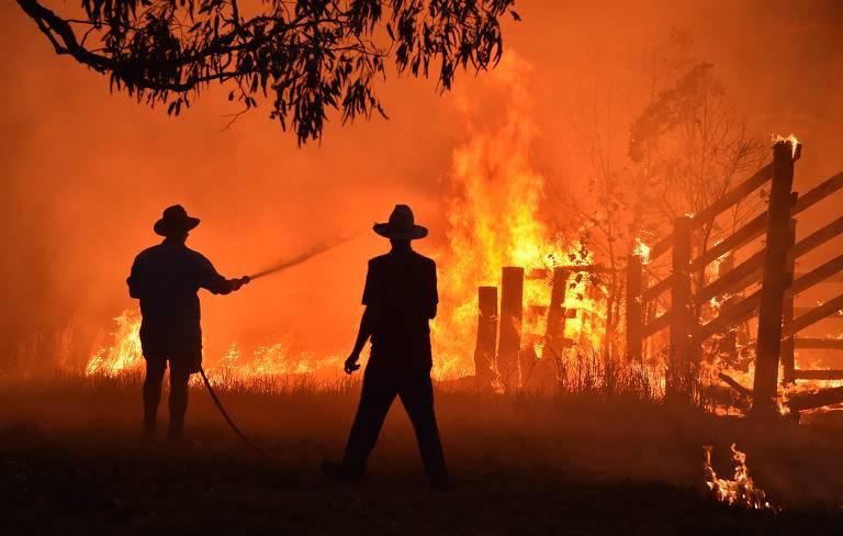 Moradores combatem incêndio em cidade a 350 km ao norte de Sydney, em novembro de 2019