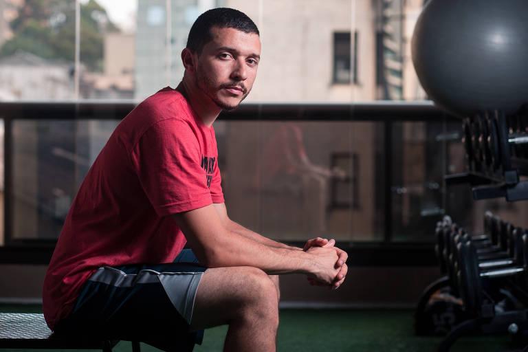 O professor de educação física Diego Santos de Miranda, 26, na academia onde trabalha, em São Paulo