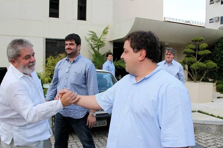 Visita do ex-presidente à sede do Grupo Gol, em 2011. Da esqueda para a direita: Lula, Kalil Bittar, Fernando Bittar (ao fundo), Lulinha e Jonas Suassuna.