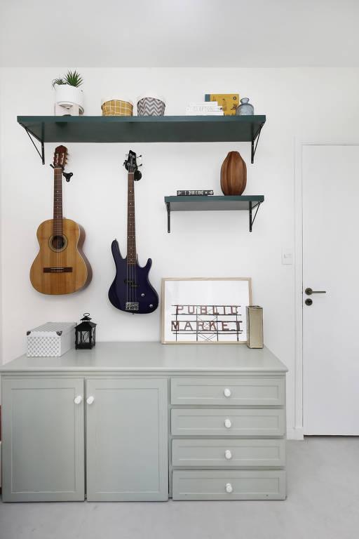 A cômoda antiga, restaurada, compõe arranjo com instrumentos musicais dos moradores. Projeto Oliva Arquitetura, foto Mariana Orsi