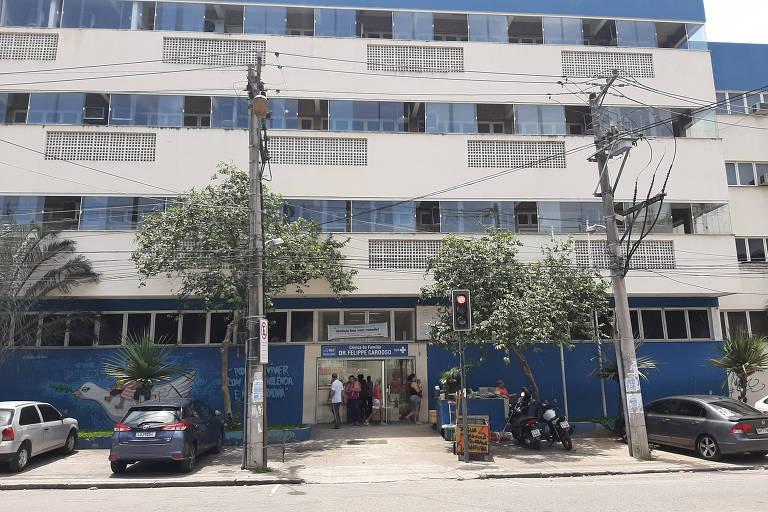 Fachada da Clínica da Família Dr. Felippe Cardoso, na Penha, zona norte do Rio, umas das unidades com servidores paralisados desde terça-feira (10)